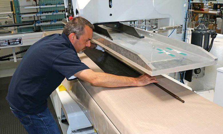 Encore une machine spécifique qui permet d'enrouler le carbone par couches successives sur le mandrin.